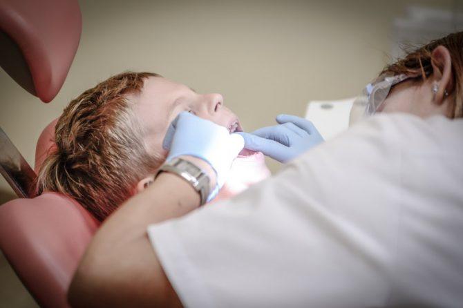 Żółte zęby u dziecka – dlaczego płytka się przebarwia?
