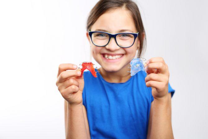Krzywe zęby mleczne u dziecka – skąd bierze się problem?